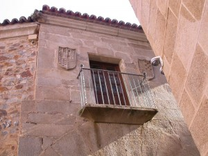 The Casa de Moraga in Caceras, Extremada, Spain. To the left is the shield Benito Moraga y Nidos. That on the right is the shield of his wife, Doña Maria de Carvajal. Photo courtesy of Lance Beeson.